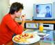 Românii, pe podiumul mâncatului în faţa televizorului