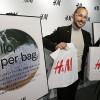 H&M renunţă la plastic şi introduce pungile din hârtie